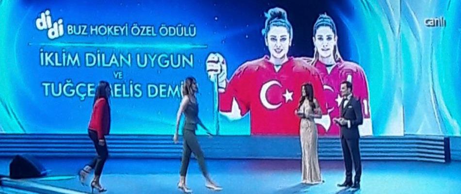 Kadın Sporcularımıza Yılın Buz Hokeyi Sporcusu Ödülü